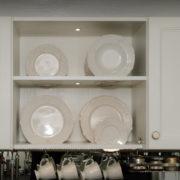 küche-fichte-massiv-landhausstil-hängeschrank-geschirrregal