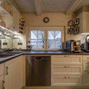 küche-fichte-massiv-landhausstil-rahmenfront-weiß