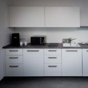 teeküche dekor weiß grau front gesamt