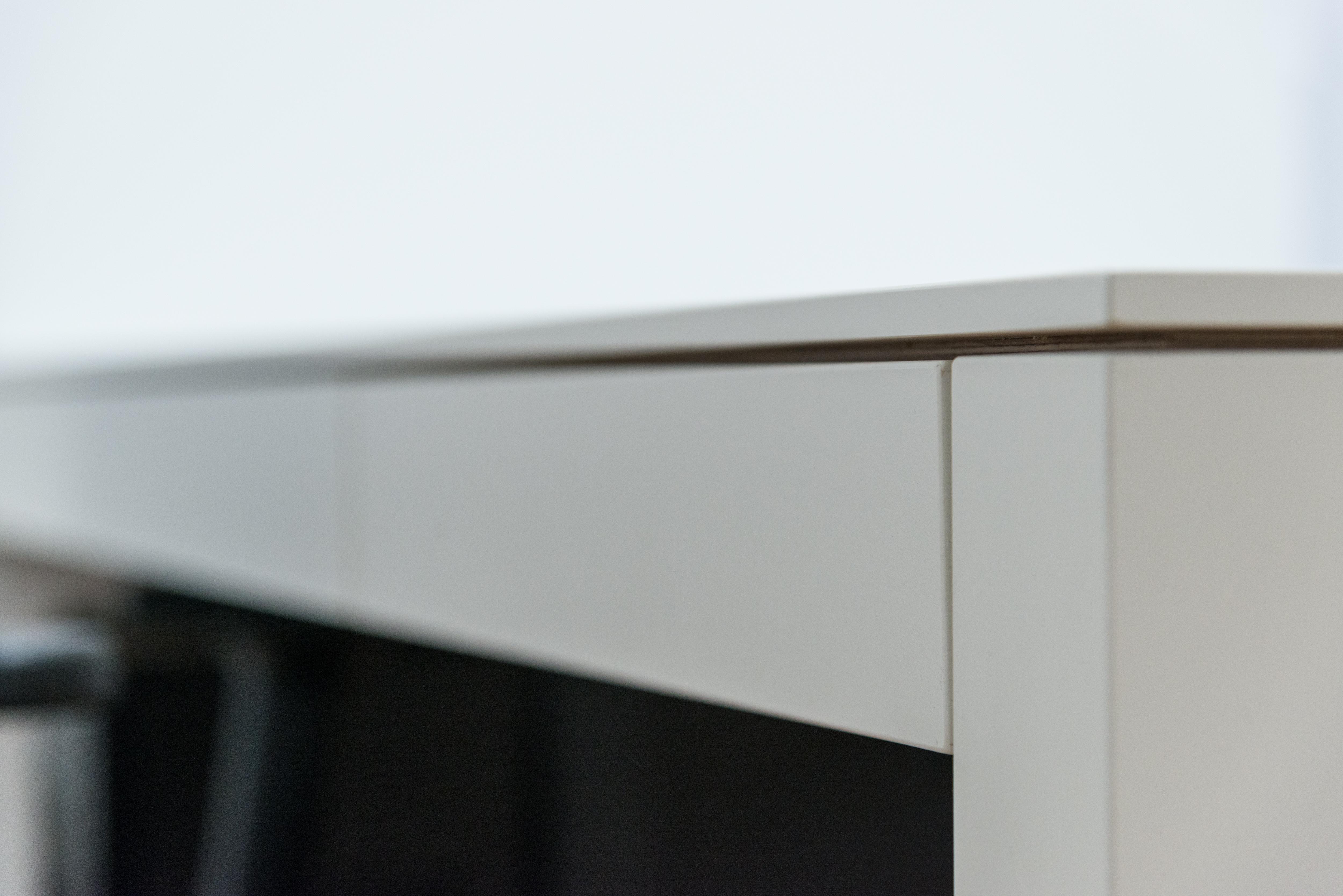 Schreibtisch mit Schattenfuge