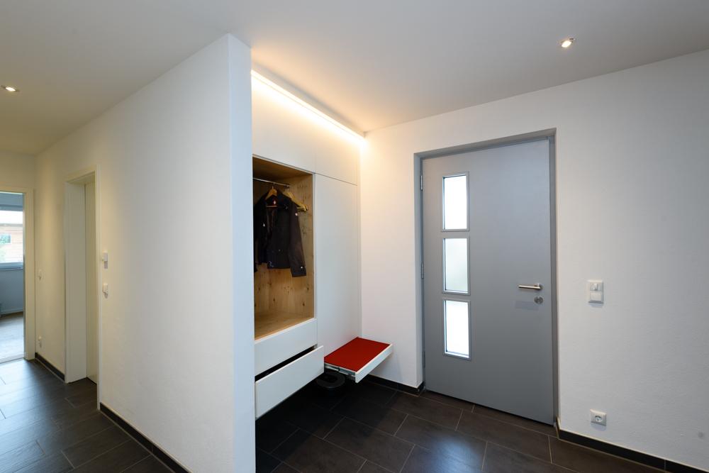 Garderobe mit ausziehbarer Sitzfläche